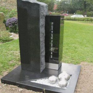 grafmonument van Zwart graniet met RVS band