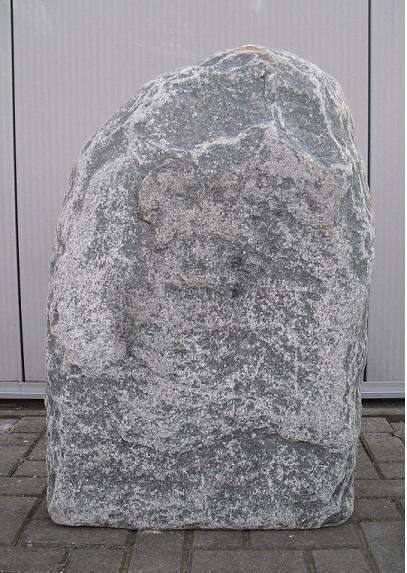 Maggia ruwe grafsteen, bekend om zijn rijke herkomst in de Italiaanse Alpen. Een prachtig, uniek ruwe steen, met een lang levensduur, nu bij AB Grafstenen